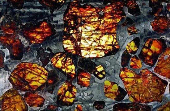 陨石与珠宝之间的美丽碰撞