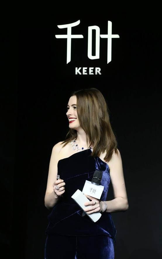 安妮•海瑟薇(Anne Hathaway)出席KEER千叶珠宝时光系列新品珠宝发布
