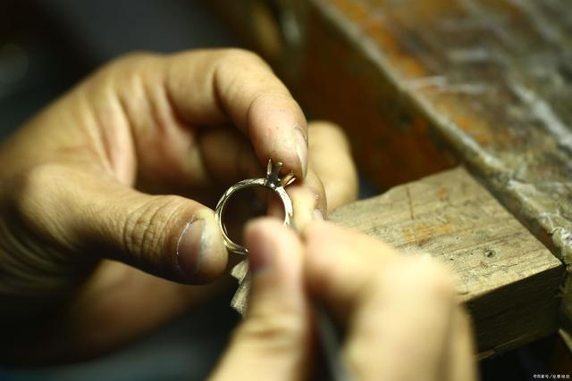 挑选钻石戒指,哪种最显大、最流行、最牢固?